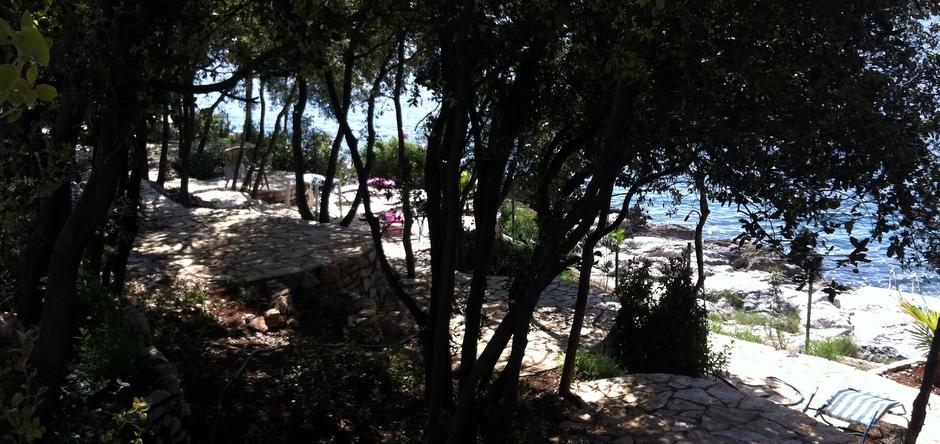 schattige Liegeflächen im Beachclub